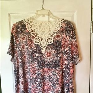 New 26/28W Avenue Stretchy tee top crochet detail